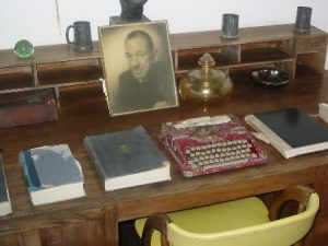 Noel Coward's desk and typewriter
