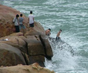 Nha Trang - dangerous play on the rocks