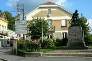 In the center of Dun-sur Meuse is a plaza with